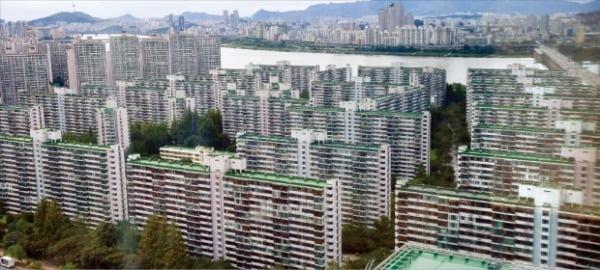 정부가 공공재건축의 35층 층수 제한을 완화해주기로 했다. 50층 재건축을 추진 중인 서울 송파구 잠실주공 5단지.  김영우 기자 youngwoo@hankyung.com
