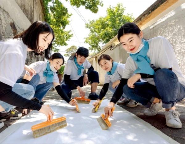 대우건설 임직원들이 지난해 10월 서울 마포구에서 '희망의 집짓기' 활동에 참여하고 있다.   대우건설 제공