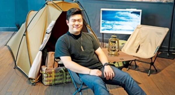 라영환 헬리녹스 대표가 자사 전시장에서 캠핑용 의자, 테이블, 텐트를 소개하고 있다.   헬리녹스 제공