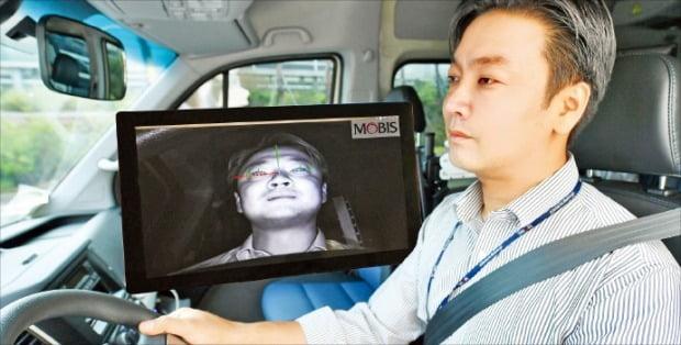 현대모비스 연구원이 생체인식기술을 적용한 차량 주행시험을 하고 있다. 현대모비스 제공