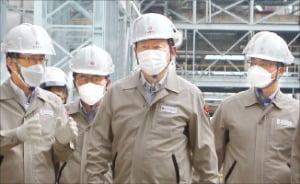 전남 여수 롯데케미칼 공장을 방문한  (앞줄 가운데).