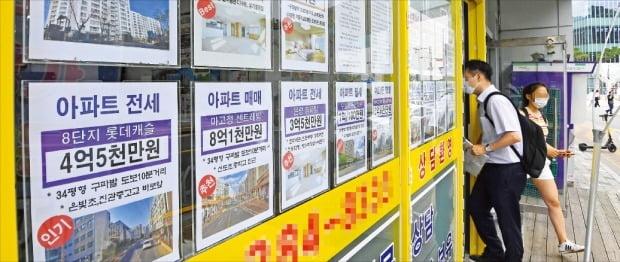 집주인과 세입자 간 갈등이 불거지고 있는 서울 은평구 은평뉴타운의 한 중개업소에 전세 매물 안내문이 붙어 있다.  /강은구 기자 egkang@hankyung.com