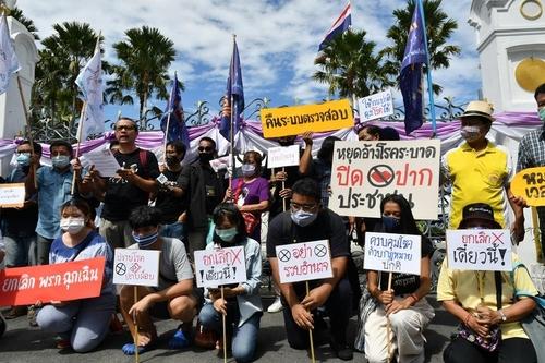 """태국, 세 번째 비상사태 연장에 """"코로나 때문 vs 정치적 목적"""""""