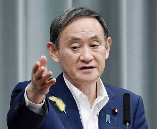 일본 정부대변인 '노 마스크' 기자회견…정치적 배경 주목