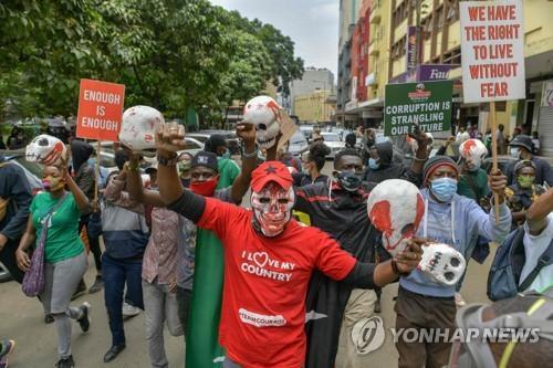 """케냐 경찰, 인권 시위대에 최루가스…""""활동가 등 56명 체포"""""""