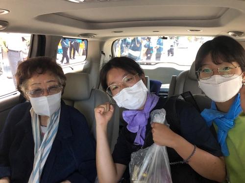 이용수 할머니, 일본대사관 앞 소녀상 깜짝 방문…대학생들 격려