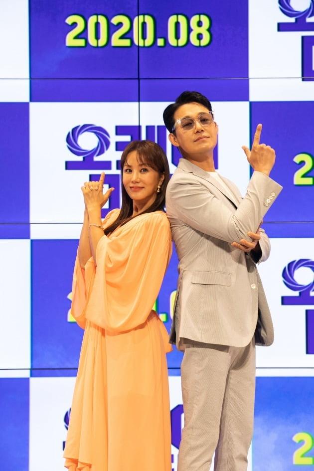 배우 엄정화(왼쪽), 박성웅이 13일 열린 '오케이 마담' 온라인 제작보고회에 참석했다. / 사진제공=메가박스중앙㈜플러스엠