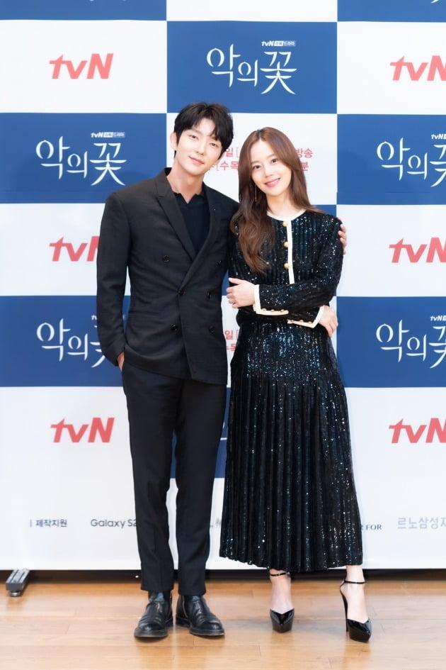 '악의꽃' 배우 이준기, 문채원/ 사진=tvN 제공
