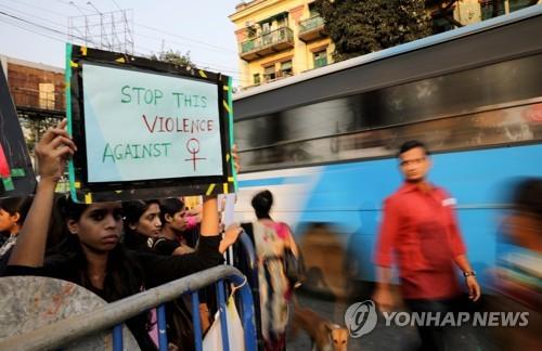 """인도 판사 """"성폭행당한 여성 같지 않다""""…여성들 분노 폭발"""