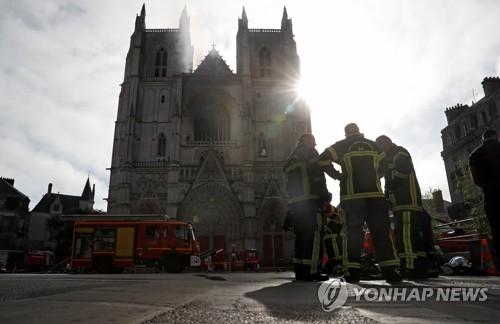 """프랑스 낭트 대성당서 화재…소방당국 """"불길 잡혀"""""""