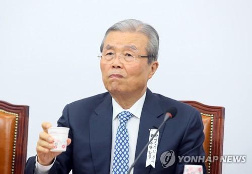 """김종인, 당밖 2명에 대권도전 타진…""""고민하겠다"""" 답변"""