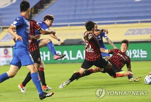 수원·서울, 시즌 첫 슈퍼매치서 '6골 난타전'…3-3 무승부