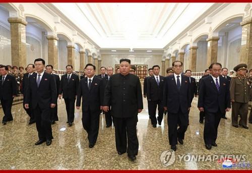 북한 김정은, 김일성 26주기 맞아 금수산궁전 참배(종합)