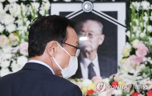 백선엽 빈소 이틀째 정치권 추모행렬…이해찬·김종인 조문(종합)
