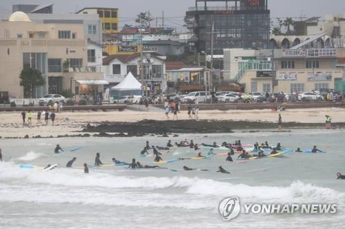 장마 속 '반짝 맑음'…해수욕장·관광지 인파 북적