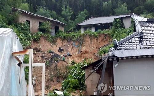 전북에 시간당 100㎜ '장대비'…침수·붕괴에 이재민 3명 발생(종합2보)
