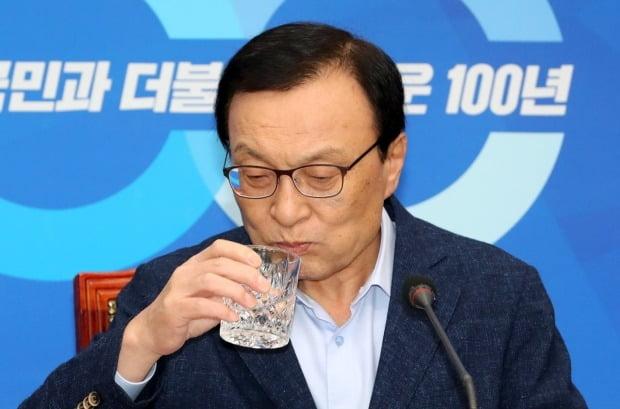 더불어민주당 이해찬 대표가 2일 오전 국회에서 열린 일본 경제침략 관련 비상 대책 연석회의에서 물을 마시고 있다.  (사진=연합뉴스)