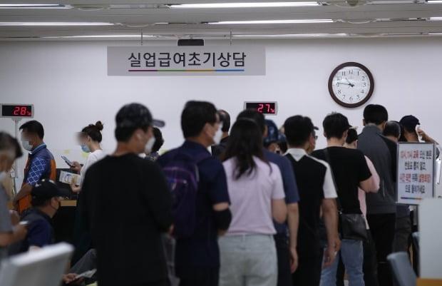 코로나19로 실업자가 급증하면서, 정부가 실업급여 예산을 대폭 늘렸다. /사진=연합뉴스