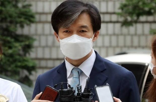 자녀 입시비리·감찰무마 의혹을 받는 조국 전 법무부 장관이 6월 19일 공판에 참석하기 위해 서울 서초구 중앙지법으로 들어서며 취재진의 질문에 답하고 있다. 사진=연합뉴스