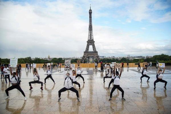 파리 에펠탑 앞 인종차별 항의 요가 사위. 사진=연합뉴스