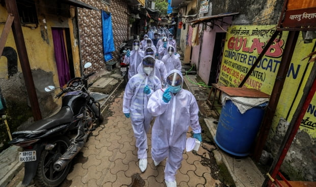 인도 의료진이 지난달 28일(현지시간) 코로나19 관련 봉쇄지역 주민 건강검진에 나섰다. / 사진=EPA