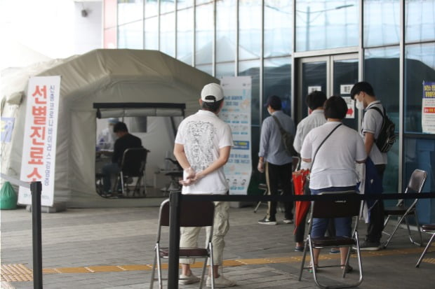 코로나19 검사 순서 기다리는 시민들.(사진=연합뉴스)