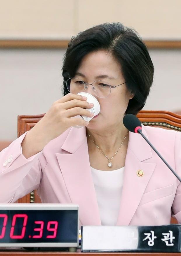 추미애 법무부 장관이 1일 오후 국회 법제사법위원회 전체회의에서 물을 마시고 있다.  (사진=연합뉴스)