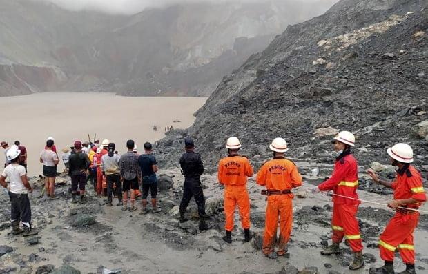 산사태가 발생한 미얀마 옥 광산에서 구조작업이 이뤄지고 있다. 사진=EPA