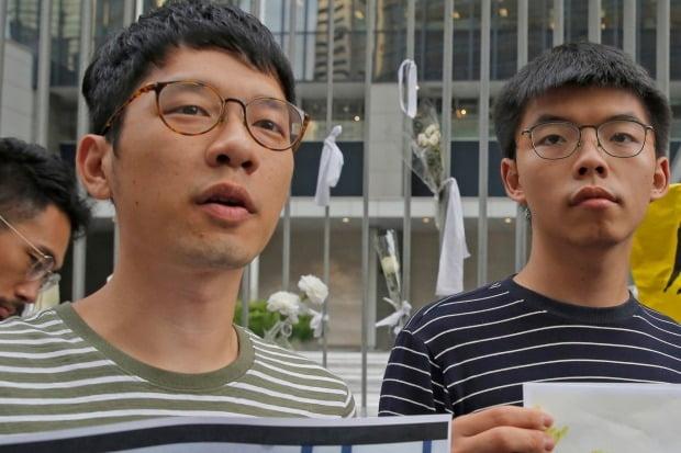 홍콩의 민주화 인사인 네이선 로 전 데모시스토당 주석(왼쪽)이 홍콩 국가보안법(홍콩보안법) 시행을 피해 해외로 망명했다. 그는 조슈아 웡(오른쪽) 등과 함께 2014년 대규모 민주화 시위인 '우산 혁명'을 주도했다. 사진은 두 사람이 지난해 6월 민주화 시위에 참여해 언론 인터뷰를 하는 모습.  AP연합뉴스