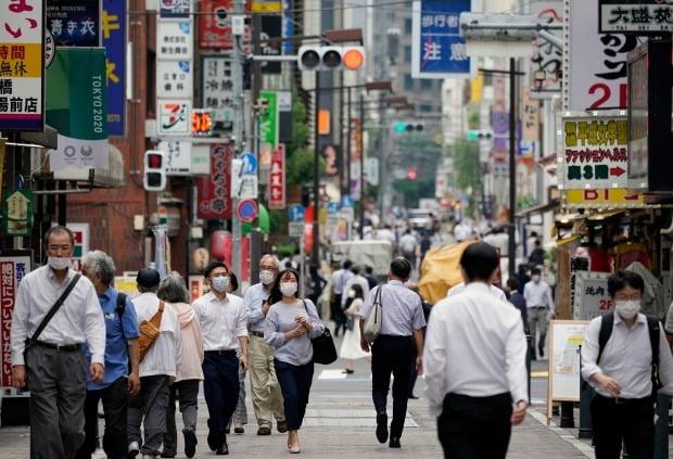 일본 도쿄 시민들이 3일 상점 밀집 거리를 걷고 있다. 이날 도쿄에서는 신종 코로나바이러스 감염증(코로나19) 확진자 124명이 나와 두달 만에 최고치를 기록했다/사진=EPA