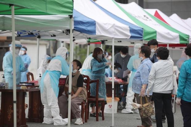 4일 오전 광주 북구 일곡중앙교회 주차장에 마련된 선별진료소에서 교인들이 신종 코로나바이러스 감염증(코로나19) 검사를 받고 있다.  /사진=연합뉴스