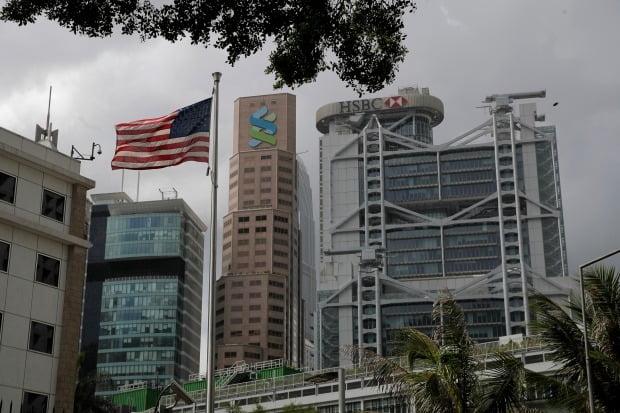 미국의 독립기념일(7월4일)인 지난 4일 주홍콩 미국영사관 앞에 미국 국기가 게양돼 있다. 뒤쪽으로 HSBC와 스탠더드차터드 은행 건물이 보인다. 홍콩 민주화 운동가들은 두 은행이 홍콩보안법을 공개 지지한 것을 비판하고 있다.  AP연합뉴스
