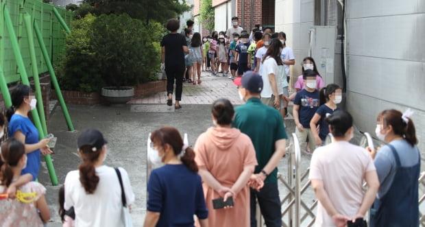 5일 서울 중랑구 묵현초등학교에 마련된 임시 선별진료소에서 학생들이 검사를 기다리고 있다. 중랑구는 묵현초 학생 1명이 신종 코로나바이러스 감염증(코로나19) 확진 판정을 받았다고 전날 밝혔다. 사진=연합뉴스