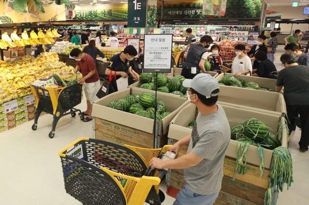 '대한민국 동행세일' 2주 차 주말을 맞은 지난 5일 오후 서울 시내 대형마트를 찾은 시민들이 쇼핑하고 있다. 사진=연합뉴스