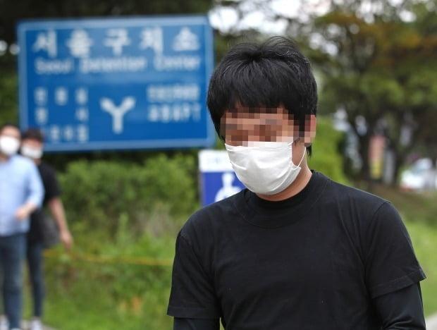 세계 최대 아동 성 착취물 사이트 '웰컴 투 비디오' 운영자인 손정우 씨가 6일 오후 법원의 미국 송환 불허 결정으로 석방되어 경기도 의왕 서울구치소를 나서고 있다.  (사진=연합뉴스)