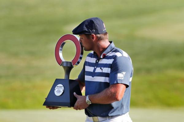 브라이슨 디섐보가 5일(현지시간) 미국 디트로이트 골프 클럽에서 열린 프로골프(PGA) 투어 로켓 모기지 클래식에서 우승 트로피에 입을 맞추고 있다. 디섐보는 PGA 투어에서 6승을 달성했다.  /AP