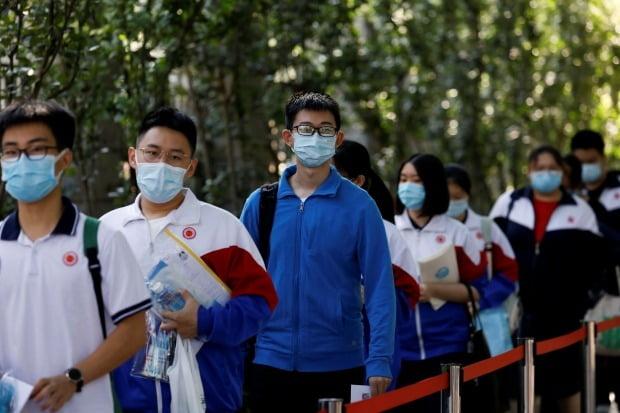 중국 베이징의 고등학생들이 마스크를 착용하고 거리를 걷고 있다./사진=REUTERS