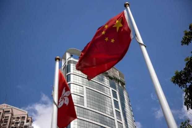 홍콩 국가보안법을 집행하는 기관인 '중앙인민정부 홍콩 주재 국가안보공서'가 8일 코즈웨이베이 메트로파크호텔에서 현판식을 갖고 공식 활동에 들어갔다. 메트로파크호텔 앞에 홍콩과 중국의 국기가 걸려 있다.  EPA연합뉴스
