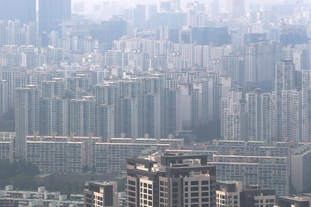 강력한 부동산시장 규제가 한달 새 두 번이나 발표됐지만 강남 주요 단지의 호가는 계속 오르며 매물은 잠기고 있다. 강남구 대치동 일대 아파트 전경. 연합뉴스