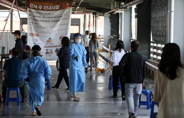 신종 코로나바이러스 감염증 확진자 발생이 이어지고 있는 10일 오전 광주 북구보건소 선별진료소에서 의료진이 코로나19 검사를 받기 위해 대기하는 시민들 사이에서 바삐 움직이고 있다.  사진=연합뉴스