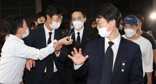 고 박원순 서울시장의 아들 박주신 씨가 11일 아버지 빈소가 마련된 서울대학병원 장례식장에 들어오고 있다. 사진=연합뉴스