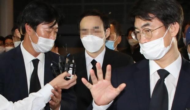 고 박원순 서울시장의 아들 박주신 씨가 지난 11일 아버지 빈소가 마련된 서울대학병원 장례식장에 들어오고 있다. /사진=연합뉴스