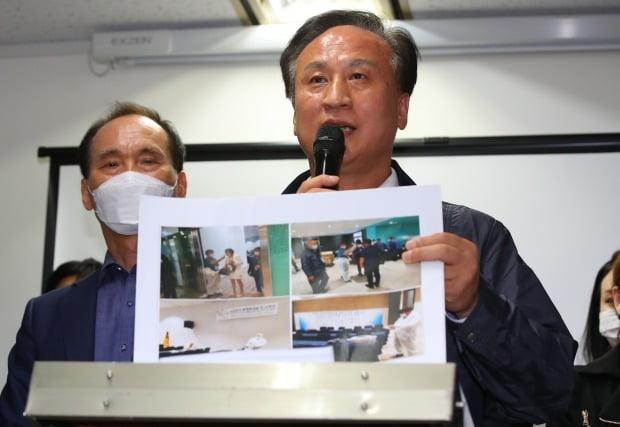 '춤판 워크숍' 당시 방역 과정을 찍은 사진을 공개하는 배동욱 소상공인연합회장 /사진=연합뉴스