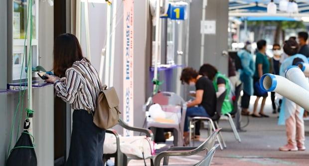 신종코로나바이러스 감염증(코로나19) 국내 첫 확진자가 발생한 지 약 6개월째인 16일 오전 서울 영등포구보건소 선별진료소에서 시민들이 문진을 보고 있다. 사진=연합뉴스
