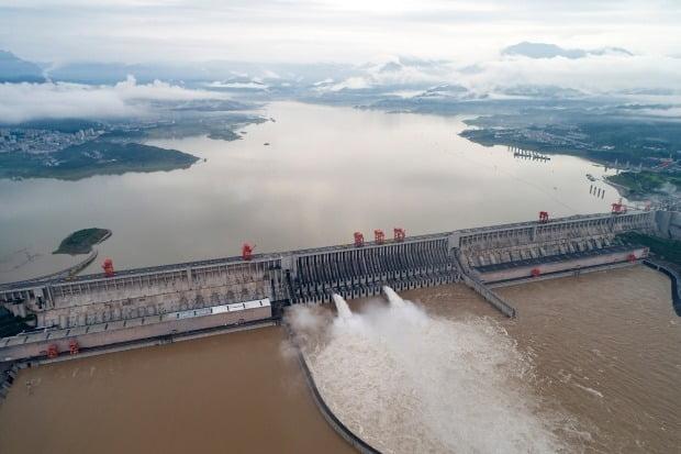 중국 창장(양츠강)에 세워진 세계 최대 수력발전댐인 싼샤댐이 수문을 열고 물을 방출하고 있다. 싼샤댐의 후베이성 이창시 근처다. 최근 중국 남부지방에서 지속된 폭우로 싼샤댐의 수위가 19일 164m까지 올라갔다. 최고 수위인 175m를 불과 11m 남겨놓았다. AP연합뉴스