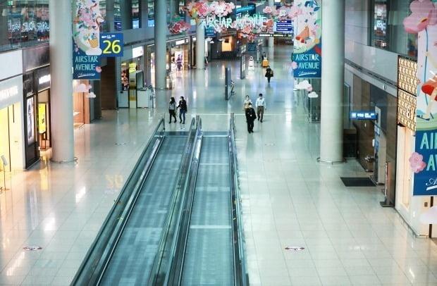 31일 면세업계에 따르면 인국공은 다음달 중으로 제4기 면세점 사업자 재입찰 공고를 낼 계획이다.  지난 5월 19일 인천국제공항 제1여객터미널 면세점이 한산한 모습을 보이고 있다. [뉴스1]