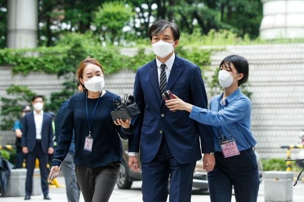 '유재수 감찰무마 혐의'를 받고 있는 조국 전 법무부 장관이 5일 오전 서울 서초구 중앙지방법원에서 열린 뇌물수수 등 혐의에 관한 2회 공판에 출석하고 있다. 사진=뉴스1