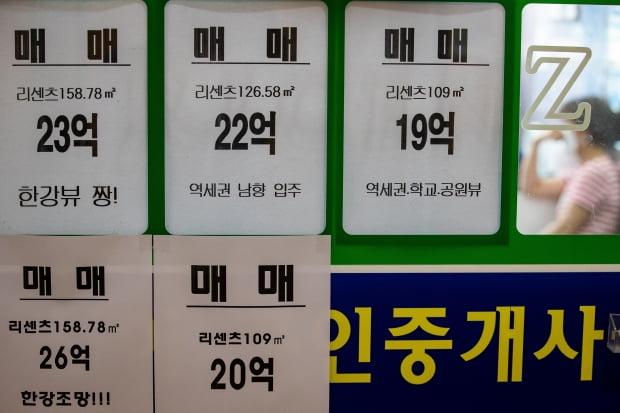 서울 송파구 한 부동산 공인중개사무소에 매물 정보가 붙어 있다. /사진=뉴스1
