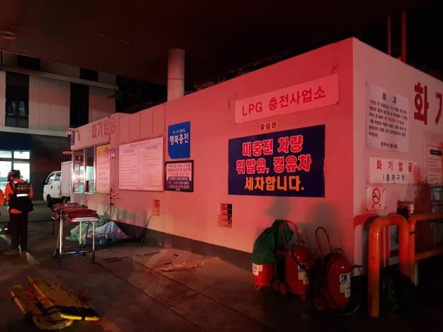 경찰이 3명의 사상자를 낸 부산 동구 액화석유가스(LPG) 충전소 화재 사고의 원인과 과실 여부를 파악하기 위해 압수수색에 나섰다. 사진은 화재가 발생한 LPG 충전소. 사진=뉴스1