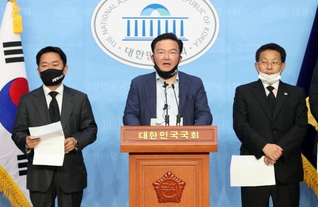 민경욱(가운데) 전 미래통합당 의원에게 개표장 투표용지를 전달한 제보자에 대해 검찰이 구속영장을 신청했다. 사진=뉴스1